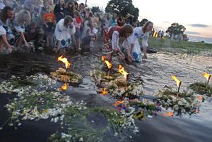 В ночь накануне Ивана Купалы девицы опускают на речные волны венки с зажжёнными лучинками или свечками